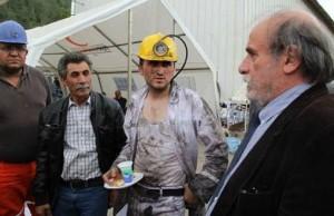 HDP  Eşbaşkanı, kurtarma ekiplerinde yer alan gönüllü işçilerden bilgi alıyor.