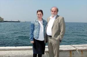 """Kürkçü ve Elif, İzmir Kordon'da söyleşti:  """"İzmir hala güzel bir şehir ama arkanızı şehre dönerseniz güzel."""